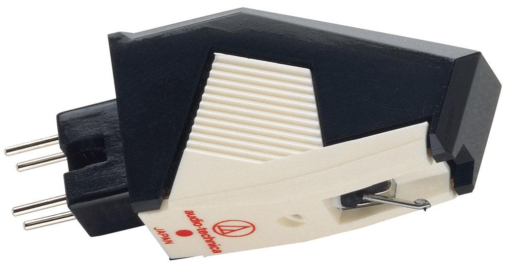 Audio-Technica AT300P головка звукоснимателя5055145748077Звукосниматель с подвижным магнитом (MM-типа) Audio-Technica AT300P относится к моделям P-класса (T4P), то есть может быть установлен на совместимые тонармы без использования шелла. Контакты головки просто вставляются в ответные части на торце тонарма, после чего она фиксируется боковым винтом. Такая конструкция избавляет пользователя от необходимости проводить сложную регулировку звукоснимателя на тонарме. Audio-Technica AT300P выполнена в корпусе из нерезонирующего плотного пластика, и иглодержатель в ней представляет собой тонкостенную трубку из металлического сплава. В случае повреждения иглы ее можно заменить, что делает данную головку еще более привлекательной для начинающих пользователей. В конструкции данной модели использованы многие технические решения, разработанные для более дорогих головок. Звукосниматель развивает на выходе сигнал амплитудой до 5 мВ, и поэтому совместим со всеми моделями MM-фонокорректоров, в том числе и встроенных в...