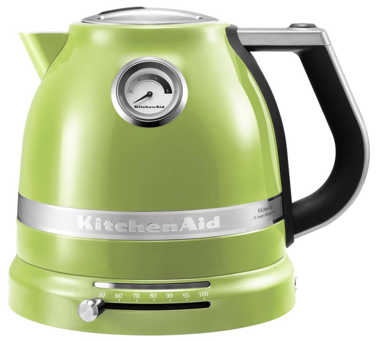 KitchenAid Artisan (5KEK1522EGA), Green электрочайник5KEK1522EGAЭлектрический чайник KitchenAid ARTISAN объемом 1,5 литра – это новое слово в бытовой технике. Великолепные формы, эргономичность и элегантность – лучший образец, который обязательно должен быть на любой кухне. Выпить чашку чая с KitchenAid ARTISAN – это доставить себе истинное наслаждение и удовольствие. Ценители чайного напитка прекрасно знают, что каждый вид чая требует своей температуры воды. Но добиться нужного нагрева с обычной моделью было невероятно сложно. Теперь все изменилось: с двустенным электрическим чайником KitchenAid ARTISAN объемом 1,5 литра вы можете: выбирать нужную температуру нагрева от 50 до 100 градусов; поддерживать воду горячей в течение всей чайной церемонии; видеть температуру воды даже тогда, когда чайник не стоит на своей платформе; не ждать любимого напитка дольше положенного – этот прибор нагревает воду моментально.