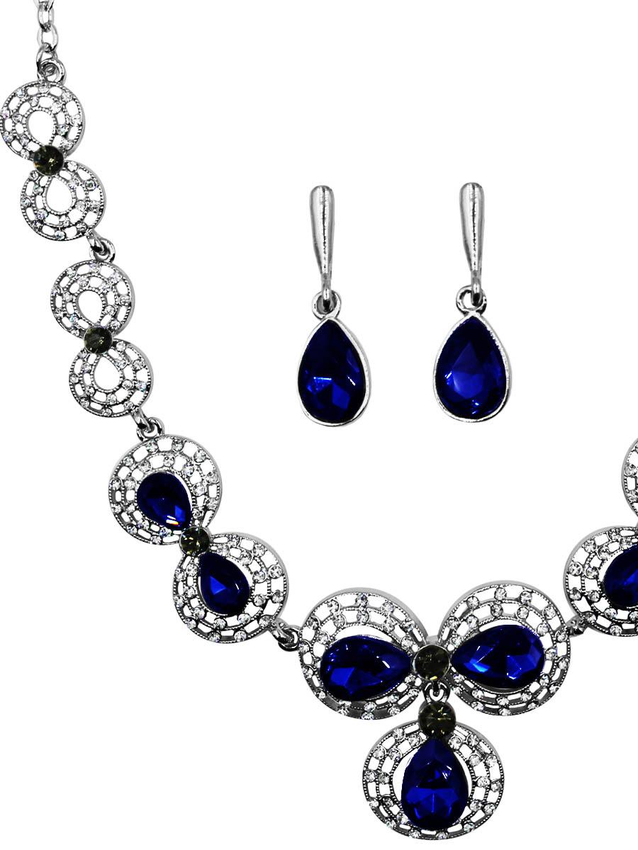 Набор бижутерии Taya: серьги, колье, цвет: серебро, синий. T-B-11534-SET-SL.NAVYT-B-11534-SET-SL.NAVYУкрашение мягких округлых форм, нежное и изящное изготовлено из гипоаллергенного бижутерного сплава. Оформлено колье блестящими мелкими стразами и крупными кристаллами. Все это крепится на кружевную-винтажную окантовку. Колье имеет надежную застежку-карабин с регулирующей длину цепочкой. Серьги с классическим английским замком. Оформлены подвеской в форме кристалла.