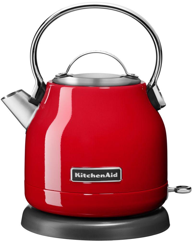 KitchenAid 5KEK1222EER, Red чайник электрический5KEK1222EERЭлектрический чайник KitchenAid 5KEK1222EER объемом 1,25 л. - это стильная вещь, необходимая для идеальной чайной церемонии. Новый чайник удачно сочетает в себе ностальгическое очарование наплитных чайников, яркие фирменные расцветки и дает возможность насладиться всеми преимуществами электрического нагрева. - Быстро кипятит воду благодаря эффективному нагревательному элементу - Автоматически отключается и имеет защиту от включения без воды - На внутренней стенке чайника нанесена мерная шкала. - Широкое отверстие для наполнения водой. - Носик, предотвращающий стекание капель и брызги. - Съемный фильтр от накипи, для идеально чистой воды. - Удобная алюминиевая ручка с гладкой поверхностью и алюминиевая крышечка. - Оригинальная кнопка включения/выключения с диодной подсветкой делает управление чайником невероятно простым и комфортным. - Прочный корпус из нержавеющей стали порыт стекловидной эмалью, стойкой к сколам и царапинам. ...