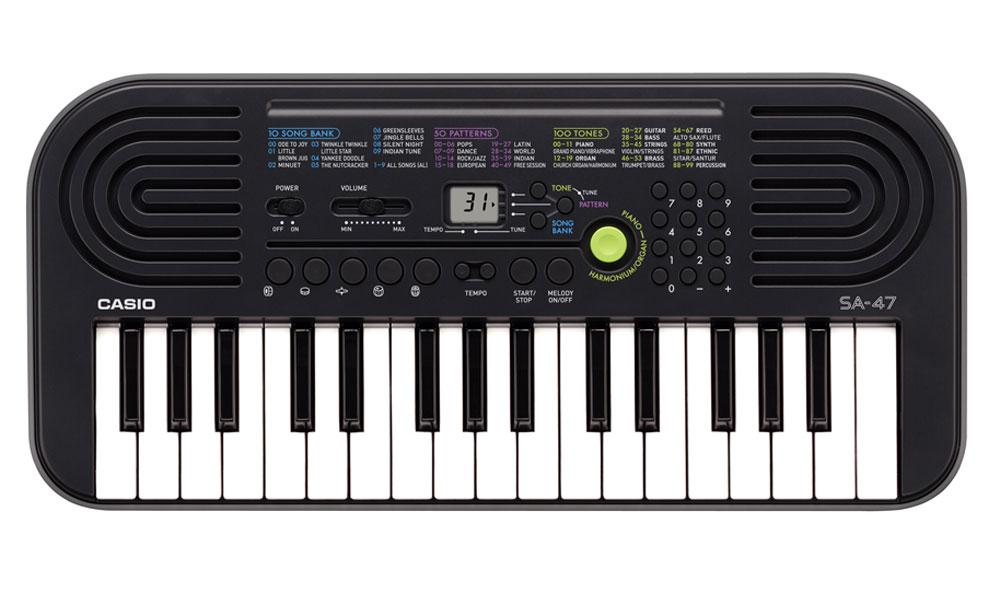 Casio SA-47, Gray цифровой синтезаторSA-47Цифровой синтезатор Casio SA-47, несмотря на малый размер и всего лишь 32 клавиши, это не просто игрушка, а полноценный музыкальный инструмент для начинающих. Во-первых, в нем присутствуют солидная 8-ми нотная полифония и прекрасное звучание всех 100 встроенных тембров и 50 стилей. А во-вторых, мини клавиатура данной модели отлично подходит для детских пальчиков.Ваше любимое звучание одним нажатием: кнопка переключения фортепиано / органа дает возможность быстрого выбора звучания. Для переключения достаточно нажать на кнопку.Обширный репертуар из 100 тембров предлагает великолепное качество.Мелодии на каждый вкус: 100 мелодий для разучивания дают возможность освоить разные стили. Наглядно и удобно: ЖК дисплей обеспечивает быстрый доступ ко всем функциям инструмента.Выбери правильный ритм. Барабанные пэды - замечательное введение в мир цифровых ударных инструментов. Пять кнопок, для отдельного барабана или перкуссии облегчают игру ритма и дают возможность солировать одним нажатием. Возможность отключения мелодии - эффективный способ освоить правую руку. Для разучивания предложено 10 композиций.Динамики: 2 x 0,5 Вт