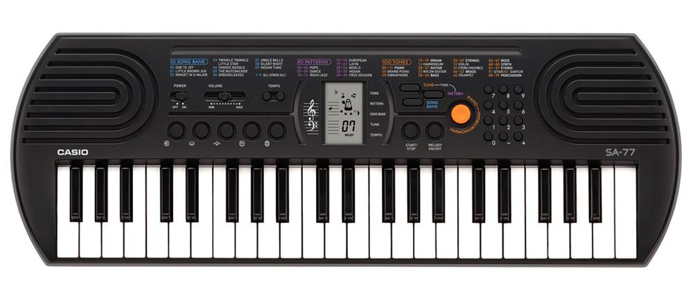 Casio SA-77, Gray цифровой синтезаторSA-77Цифровой синтезатор Casio SA-77 с 44 клавишами предлагает всем начинающим уникальные музыкальные возможности. 100 тембров, 50 стилей, встроенные композиции для обучения, новейший звуковой процессор с серьезной для таких синтезаторов 8-ми нотной полифонией, а также ЖК дисплей, помогающий с первых шагов разобраться в 2-х строчной нотной грамоте – все это делает инструмент отличным помощником для начинающего музыканта. Ваше любимое звучание одним нажатием: кнопка переключения фортепиано / органа дает возможность быстрого выбора звучания. Для переключения достаточно нажать на кнопку. Обширный репертуар из 100 тембров предлагает великолепное качество. Мелодии на каждый вкус: 100 мелодий для разучивания дают возможность освоить разные стили. Наглядно и удобно: ЖК дисплей обеспечивает быстрый доступ ко всем функциям инструмента. Выбери правильный ритм. Барабанные пэды - замечательное введение в мир цифровых ударных...