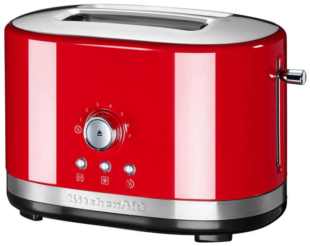 KitchenAid 5KMT2116EER, Red тостер5KMT2116EERKitchenAid 5KMT2116EER - компактный тостер на 2 ломтика, который покорит вас своим стильным дизайном и высокой функциональностью.Эта модель была создана специально для тех, кто не любит громоздкие кухонные гаджеты, ведь она занимает совсем немного места. Тостер оснащен широкими отверстиями для хлеба, поэтому вы сможете готовить тосты из любых сортов хлеба и выпечки: багет, дрожжевой хлеб. Прибор легко настраивается, в нем можно приготовить тосты 7 степеней обжарки: от слегка подсушенных, до хрустящих и зажаристых. Среди дополнительных функции: разогревание выпечки, разморозка и подогрев готовых тостов.Специальная функция Peek and See позволяет приподнять тосты в процессе поджарки и проверить степень их готовности, после чего можно скорректировать настройки тостера.Широкие отверстия для хлебаФункция подогрева позволит сохранить тосты теплыми в течение 3 минутПрочный металлический корпус