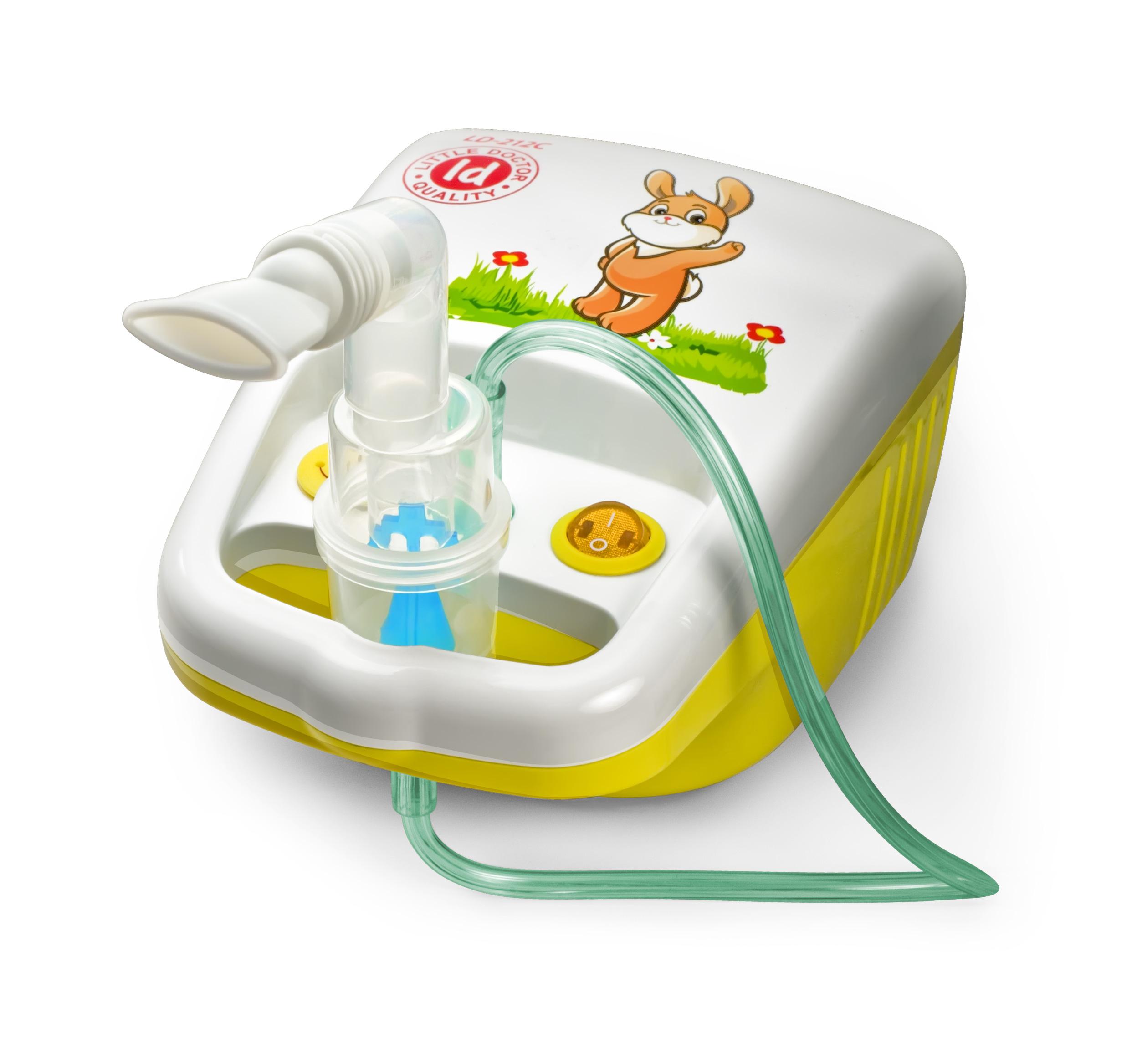 Little Doctor Ингалятор компрессорный LD-212С0001480Компрессорный ингалятор LD-212С подойдет для лечения ОРВИ, синусита, ларингита, ринита, фарингита, бронхита, астмы и других заболеваний дыхательной системы. Ингалятор обладает компактным размером и оригинальным дизайном, который понравится детям. Одно из главных отличий ингалятора - специальная конструкция, определяющая разные пути потоков воздуха при вдохе и выдохе. Ингалятор активируется вдохом. Благодаря особой конструкции каждого распылителя, эффективность ингаляций может достигаться избирательным воздействием на определенную часть дыхательных путей (верхнюю, среднюю или нижнюю). Распылитель А (желтый) - для нижних отделов дыхательных путей Распылитель В (синий) - универсальный распылитель Распылитель С (красный) - для верхних отделов дыхательных путей Ингалятор LD-212С экономичен в работе благодаря низкому остаточному объему лекарственного раствора. Компрессорный ингалятор Little Doctor LD-212C Небулайзер 3 распылителя Маска взрослая Маска детская Насадка для носа взрослая...