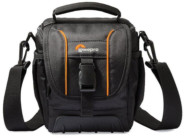 Lowepro Adventura SH120 II, Black сумка для фотокамерыLP36864-0RUМодель Adventura SH 120 II из обновленной серии Adventura II ориентирована на современных требовательных фотографов. Подходит как для кратковременных поездок, так и для путешествий благодаря продуманному дизайну, вместительности и компактным размерам, а также удобной возможности положить ее в более габаритную багажную сумку. Изменения проведены в значительно большем объеме, чем просто обновление дизайна. Качество материала, дополнительно добавленный такой популярный элемент, как резиновый бампер, поднимает новую серию на порядок выше по уровню исполнения. Внутренняя подкладка в сумках предлагается в сером цветовом решении. Основные особенности : Резиновый бампер для дополнительной защиты от внешних воздействий, трения, влажности, смягчения ударов при падении сумки Возможность разместить все необходимое в регулируемом основном отделении и мелких аксессуаров - в дополнительных кармашках Регулируемый плечевой ремень, ручка для...
