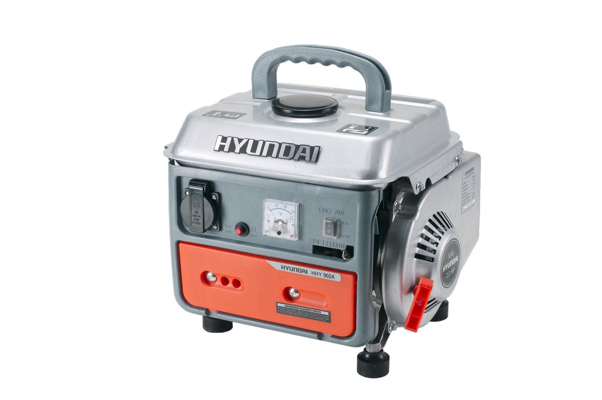 Генератор бензиновый Hyundai. HHY 960AHHY 960AБензиновый генератор HHY 960A применяется для вспомогательного электроснабжения приборов и имеет предельную мощность 850 Вт. Двухтактный двигатель отличается повышенным сроком эксплуатации в сравнении с аналогичной продукцией. Емкость бензобака 4.0 литра, при нормальной мощности гарантируется непрерывная работа 10 часов. Благодаря резиновому основанию ножек практически отсутствует вибрация. Спереди корпуса расположены элементы системы управления и одна розетка. Постоянный уровень напряжения 230 Вольт поддерживается специальным автоматическим устройством (AVR). Преимуществами генератора являются отсутствие шума, компактность, сниженное потребление топлива, малый вес и комфортная ручка для переноски.