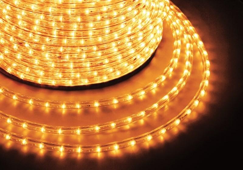 Дюралайт светодиодный Neon-Night, постоянное свечение, 2W, цвет: желтый, бухта 100 м121-121-6Дюралайт-гибкий световой шнур выполненный из ПВХ трубки с токопроводящими жилами и светодиодами внутри. Используется для декоративной и архитектурной подсветки объектов. Шнур с 2-мя проводами внутри называется фиксинг, такой дюралайт используется в режиме постоянного свечения. Дюралайт с 3-мя и более жилами питания называется чейзинг, светодиоды в чейзинге подключены поочередно к разным жилам, при использовании контроллера это позволяет создавать эффект бегущей волны из поочередно загорающихся светодиодов(режим свечения с динамикой). Дюралайт поставляется в бухтах длинами до 100м, в зависимости от модификации дюралайта модуль резки может составлять от 1 до 6 метров, следуя несложной инструкции потребитель легко может отрезать и подключить отрезок дюралайта нужной ему длины. Каждая бухта уже укомплектована 1 шнуром для подключения, максимальная подключаемая длина 100м. дополнительные шнуры можно приобрести отдельно. Температурный диапазон использования от -40 до +50 С, монтаж при...