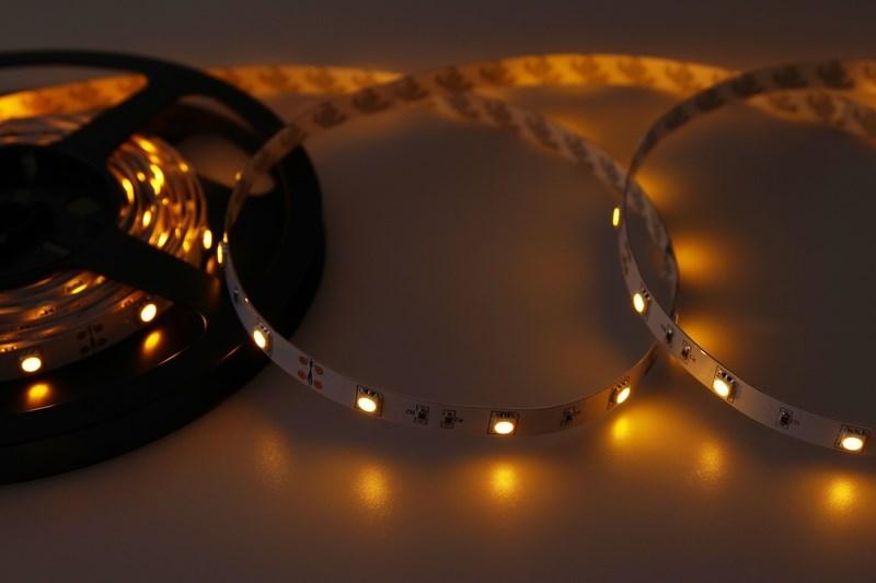 LED лента открытая, ширина 10 мм, IP23, SMD 5050, 30 LED/метр, 12V, цвет LED желтый141-432Светодиодная лента - гибкая лента на самоклеящейся основе, на которой установлены светодиоды. Может использоваться в подсветке интерьеров, изготовлении световых рекламных конструкций и пр. Работает от напряжения 12 В, поэтому при подключении к обчной бытовой сети 220 В потребуется источник питания 12 В. Плотность установки светодиодов на ленте обеспечивает меньшее энергопотребление и незначительно меньшую яркость для диодов типа 5050 по сравнению с лентой со стандартной плотностью. Цвет свечения - желтый. Степень влагозащиты IP 23 - без влагозащиты, для установки внутри помещений. Светодиодная лента поставляется в катушках длиной 5 метров и имеет модуль резки 100 мм. Следуя несложной инструкции легко можно отрезать и подключить ленту нужной длины.