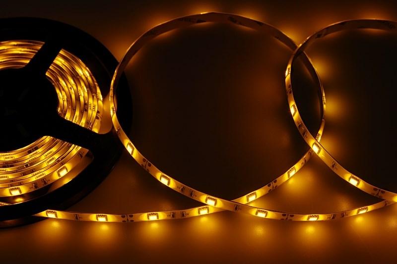 LED лента герметичная в силиконе, ширина 10 мм, IP65, SMD 5050, 30 LED/метр, 12V, цвет LED желтый141-442Светодиодная лента - гибкая лента на самоклеящейся основе, на которой установлены светодиоды. Может использоваться в подсветке интерьеров, автомобилях, изготовлении световых рекламных конструкций и пр. Работает от напряжения 12 В, поэтому при подключении к обчной бытовой сети 220 В потребуется источник питания 12 В. Плотность установки светодиодов на ленте обеспечивает меньшее энергопотребление и незначительно меньшую яркость для диодов типа 5050 по сравнению с лентой со стандартной плотностью. Цвет свечения - желтый. Степень влагозащиты IP 65 - лента покрыта прозрачным силиконом, с возможностью установки вне помещений. Светодиодная лента поставляется в катушках длиной 5 метров и имеет модуль резки 100 мм. Следуя несложной инструкции легко можно отрезать и подключить ленту нужной длины.