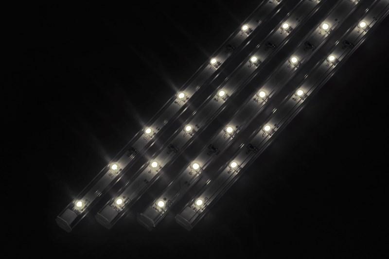 Светодиодный светильник линейный, 4 шт х 25см. Цвет белый (5000К)145-105Линейный светодиодный светильник - это светодиодная линейка длиной 25 см, заключенная в корпус из прозрачного пластика. Они могут использоваться в подсветке витрин, мебели, а так же в интерьерной подсветке. Простота монтажа поможет без проблем справиться с вопросом освещения необходимых зон. Блок питания понижающий напряжение до 12 В делает устройство безопасным в изпользовании. Использование светодиодных светильников является выгодным решением, так как они обладают высокой яркостью свечения, большим сроком службы и вместе с этем низким энергопотреблением. Цвет свечения - белый. Поставляется по 4 шт. в комплекте с блоком питания.