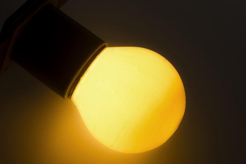 Лампа Neon-Night, цоколь Е27, 10 Вт, цвет колбы: белый401-115Декоративные лампы накаливания гирлянд Belt Light служат для придания свечению нужного цвета, который позволит создать праздничную атмосферу и укасить не только уличные элементы, но и интерьеры помещений. Колба лампы имеет форму шара диаметром 45мм, что позволяет увеличить площадь свечения и насыщенность светом окружающего пространства. Стекло лампы окрашено специальной влагостойкой светопропускающей краской придающей свету нужный оттенок. Декоративная лампа имеет стандартный цоколь Е27, при помощи которого установка является весьма простой процедурой не занимающей много времени. Потребление лампы составляет всего 10Вт, что позволяет снизить затраты на электроэнергию. Специальная конструкция лампы разработана таким образом, что при выходе из строя одной лампы все остальные в гирлянде Belt Light остаются работать, что позволяет без труда отыскать перегоревшую лампу и заменить. Лампы используются с гирляндами Belt Light двух или пятижильными, а при ипользовании специального контроллера...