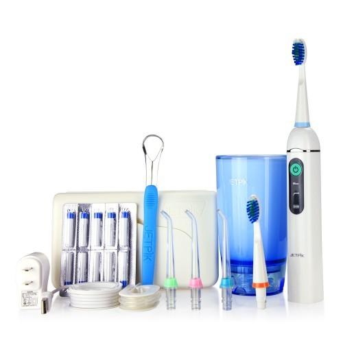 Ирригатор полости рта Jetpik JP200-EliteJA05-106-02Ирригатор полости рта Jetpic JP200-Elite сочетает в себе очищающее действие зубной нити (смарт-флосса), воды и воздуха. В ирригатор добавлена функция звуковой зубной щетки. Легкий в использовании, очень эффективный и экономит время. Здоровые десны и чистые зубы уже через 7 дней Клинически доказано, что удаляет до 99% зубного налета. Инновационная комбинация давления воды и пульсирующей флосс- системы (20-25 колебания в сек) удаляет остатки пищи глубже и быстрее, между зубами и ниже линии десен, в труднодоступных местах вокруг брекетов, между зубными имплантатами и коронками. Пульсирующая под давлением воды смарт флосс- система создает дополнительную силу трения. Лабораторно доказано что JETPIK на 240% более эффективно удаляет зубной налет и биопленку, чем обычные водные ирригаторы. Эффективный, безопасный и простой в использовании. Идеально подходит для тех, кто с имплантатами, коронками, брекет-системами, мостовидными протезами, пародонтальными карманами. Портативный и компактный - по размерам не больше электрической зубной щетки, благодаря встроенной литиевой батарее заряжается как мобильный телефон через базовое зарядное устройство или USB разъем. Как жидкость для ирригации можно использовать не только воду, но и лечебные растворы. Удобный специальный стакан JETPIK или любая емкость подойдет как резервуар, благодаря портативной силиконовой клипсе JETPIK, которая идет в комплекте с набором. Мощность 200-550 кПа.