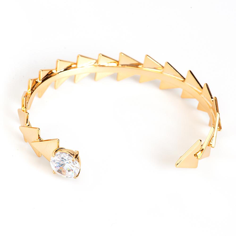 Браслет Selena, цвет: золотистый. 40060910Браслет с подвескамиИзящный браслет Selena изготовлен из латуни и декорирован кристаллом Preciosa.Стильный браслет поможет дополнить любой образ и привнести в него завершающий яркий штрих.