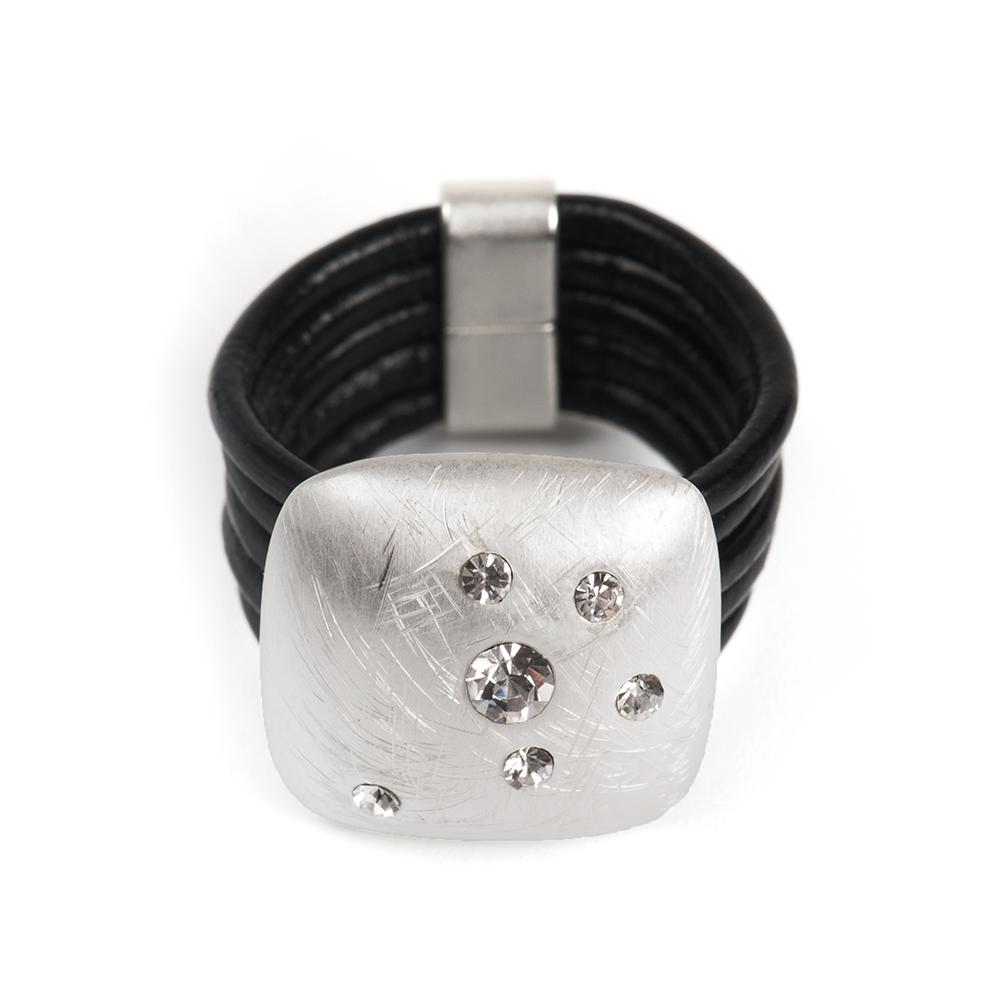 Кольцо Selena, цвет: серебристый, черный. 60026388. Размер 18Коктейльное кольцоОригинальное кольцо Selena выполнено из натуральной кожи и латуни с гальваническим покрытием родием. Кольцо декорировано кристаллами Preciosa.Элегантное кольцо Selena превосходно дополнит ваш образ и подчеркнет отменное чувство стиля своей обладательницы.