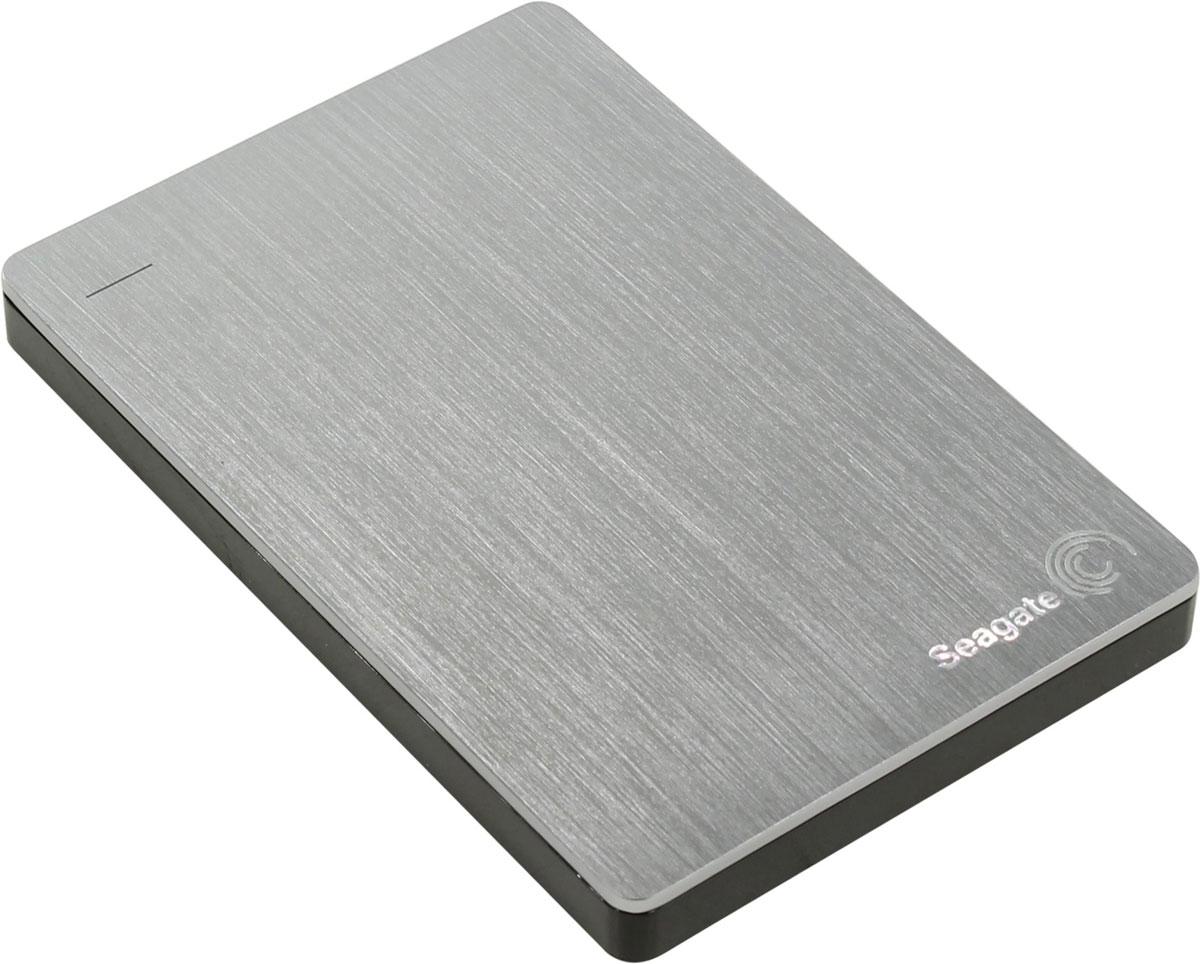 Seagate Backup Plus Portable Slim 2TB USB3.0, Silver (STDR2000201) внешний жесткий дискSTDR2000201На портативный диск Seagate Backup Plus Portable Slim емкостью 2 ТБ для Mac поместится вся ваша медиатека. Он компактный, прочный, исключительно надежный и удобный в дороге. Это ваша жизнь. Сохраните все памятные моменты.Seagate Backup Plus Portable Slim - это простой способ защитить и опубликовать цифровые данные. Стильный и прочный металлический корпус отлично гармонирует с дизайном ноутбуков Mac. Пополните армию счастливых обладателей одного из самых популярных и надежных портативных жестких дисков Seagate.Делайте резервные копии любимых фотографий, фильмов и видеозаписей, даже тех, которые вы публиковали в Facebook, Flickr и на YouTube, с помощью ПО Seagate Dashboard.Диски Backup Plus Portable легко можно использовать с ПК и компьютерами по очереди, без необходимости в переформатировании. Просто установите на ПК драйверы HFS и приступайте к работе.