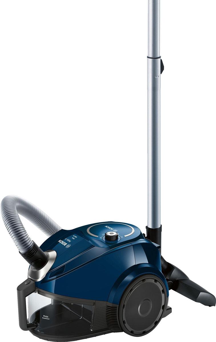 Bosch BGS3U1800, Blue пылесосBGS3U1800Пылесос Bosch BGS3U1800 - практичное решение для ежедневной сухой уборки квартиры. Этот современный и удобный пылесос от Bosch не требует расходных материалов благодаря отсутствию мешка для сбора пыли и наличию циклонного фильтра. Электронная регулировка мощности позволяет контролировать уровень шума. Прибор лёгкий и маневренный - он весит всего 5,8 кг. Ультракомпактный с вертикальной парковкой: удобно хранить, легко достать. С системой EasyClean чистить контейнер легко и просто, достаточно сполоснуть его под струей воды. Пылесос разработан специально, чтобы минимизировать обслуживание.