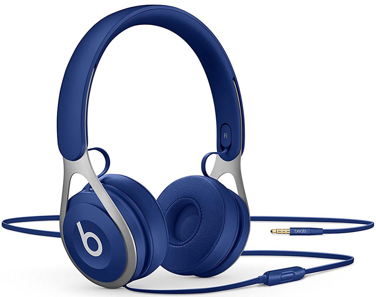 Beats EP, Blue наушникиML9D2ZE/AНакладные наушники Beats EP обеспечивают великолепно сбалансированный звук. Время воспроизведения не ограничено аккумуляторами, а тонкая прочная конструкция усилена лёгкой нержавеющей сталью. Beats EP - это идеальное знакомство с Beats для всех, кто любит музыку и ищет богатое динамичное звучание. Накладные наушники Beats EP обеспечивают великолепно сбалансированный звук - такой, каким он был задуман. Акустическая система точно настроена для чистого, сбалансированного звучания в широком диапазоне. Наушники Beats EP прочные, лёгкие и удобные. Тонкая прочная конструкция усилена лёгкой нержавеющей сталью и вертикальными слайдерами, положение которых можно настроить для удобной посадки. Созданы для повседневного использования. Beats EP созданы, чтобы сопровождать вас повсюду. Никаких аккумуляторов - время воспроизведения не ограничено, а фиксированный кабель с защитой от запутывания позволяет сосредоточить всё внимание на музыке. Надевайте -...