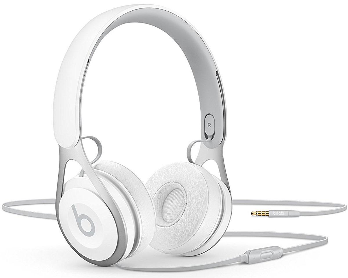 Beats EP, White наушникиML9A2ZE/AНакладные наушники Beats EP обеспечивают великолепно сбалансированный звук. Время воспроизведения не ограничено аккумуляторами, а тонкая прочная конструкция усилена лёгкой нержавеющей сталью. Beats EP - это идеальное знакомство с Beats для всех, кто любит музыку и ищет богатое динамичное звучание.Накладные наушники Beats EP обеспечивают великолепно сбалансированный звук - такой, каким он был задуман. Акустическая система точно настроена для чистого, сбалансированного звучания в широком диапазоне. Наушники Beats EP прочные, лёгкие и удобные. Тонкая прочная конструкция усилена лёгкой нержавеющей сталью и вертикальными слайдерами, положение которых можно настроить для удобной посадки. Созданы для повседневного использования.Beats EP созданы, чтобы сопровождать вас повсюду. Никаких аккумуляторов - время воспроизведения не ограничено, а фиксированный кабель с защитой от запутывания позволяет сосредоточить всё внимание на музыке. Надевайте - и вперёд.