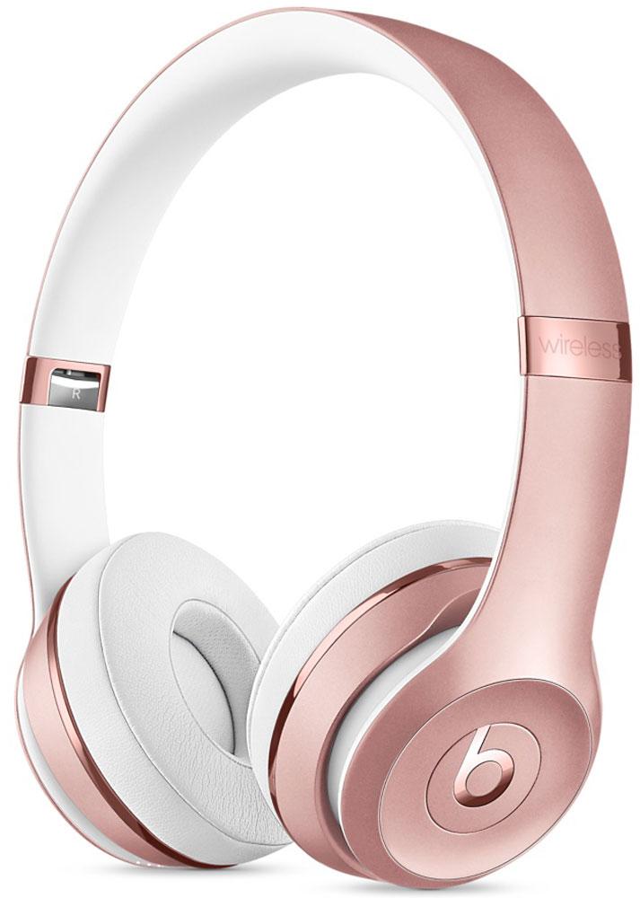 Beats Solo3 Wireless, Pink Gold беспроводные наушникиMNET2ZE/AНаушники Beats Solo3 могут работать до 40 часов без подзарядки, чтобы вы могли пользоваться ими каждый день. 5-минутной зарядки Fast Fuel хватит ещё на 3 часа воспроизведения. Фирменное звучание Beats в наушниках с технологией Bluetooth класса 1 будет сопровождать вас повсюду - куда бы вы ни отправились. Расположение чашек с мягкими амбушюрами можно регулировать - вы сможете носить их целый день. Беспроводные наушники готовы к работе в любой момент. Включите их и поднесите к своему iPhone - они мгновенно подключатся к нему, а заодно и к вашим Apple Watch, iPad и Mac. В Solo3 с технологией Bluetooth класса 1 вы сможете слушать музыку где бы вы ни были. Неотъемлемая черта Beats Solo3 - знаменитое звучание Beats. Точная настройка акустической системы обеспечивает чистое сбалансированное звучание в широком диапазоне. Мягкие удобные чашки блокируют внешние шумы и позволяют вам услышать все оттенки любимой музыки. В беспроводных наушниках с...