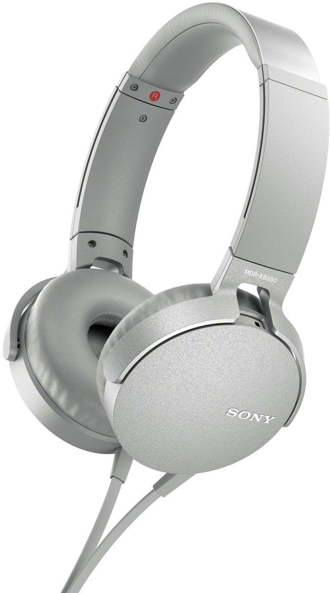 Sony XB550AP Extra Bass, White наушники92477114Sony XB550AP Extra Bass - наушники для тех, кто любит мощные басы. Прочувствуйте мощь басов в любимых композициях с технологией EXTRA BASS, а яркие цвета наушников наполнят вас энергией и подчеркнут ваш стиль. Переключайтесь с музыки на вызов одним нажатием кнопки на встроенном пульте с микрофоном. Слушайте любимую музыку часами: благодаря мягким ушным накладкам и регулируемому металлическому ободу ваши уши не устанут. Смелый, стильный дизайн этих наушников создан для неординарных людей с хорошим вкусом. Легко управляйте треклистом и настройками звучания. Наушники оснащены встроенным пультом и микрофоном, так что вы сможете переключать треки и отвечать на звонки.