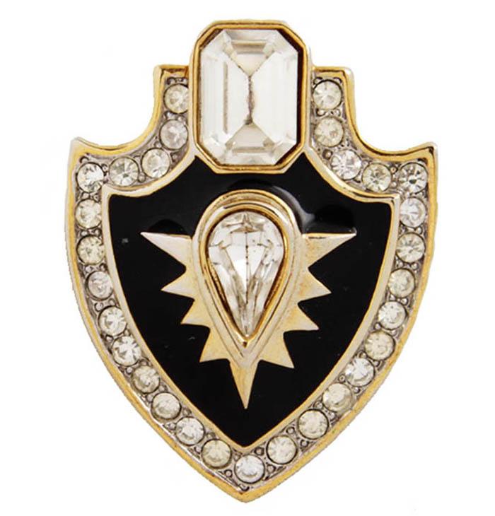 Брошь Орден. Бижутерный сплав, австрийские кристаллы, эмаль. Франция, конец XX векаОС30320Брошь Орден. Бижутерный сплав, австрийские кристаллы, эмаль. Франция, конец ХХ века. Размер 4 х 5 см. Сохранность хорошая. Предмет не был в использовании. На обороте брошь имеет клеймо с серийным номером, что говорит об ее эксклюзивности. Центральным элементом броши является кристалл в виде перевернутой капли, окаймленный золотыми лучами. Дополняет этот кристалл эмаль черного цвета. Это оригинальное украшение идеально дополнит образ, привлекая к вам множество взглядов!