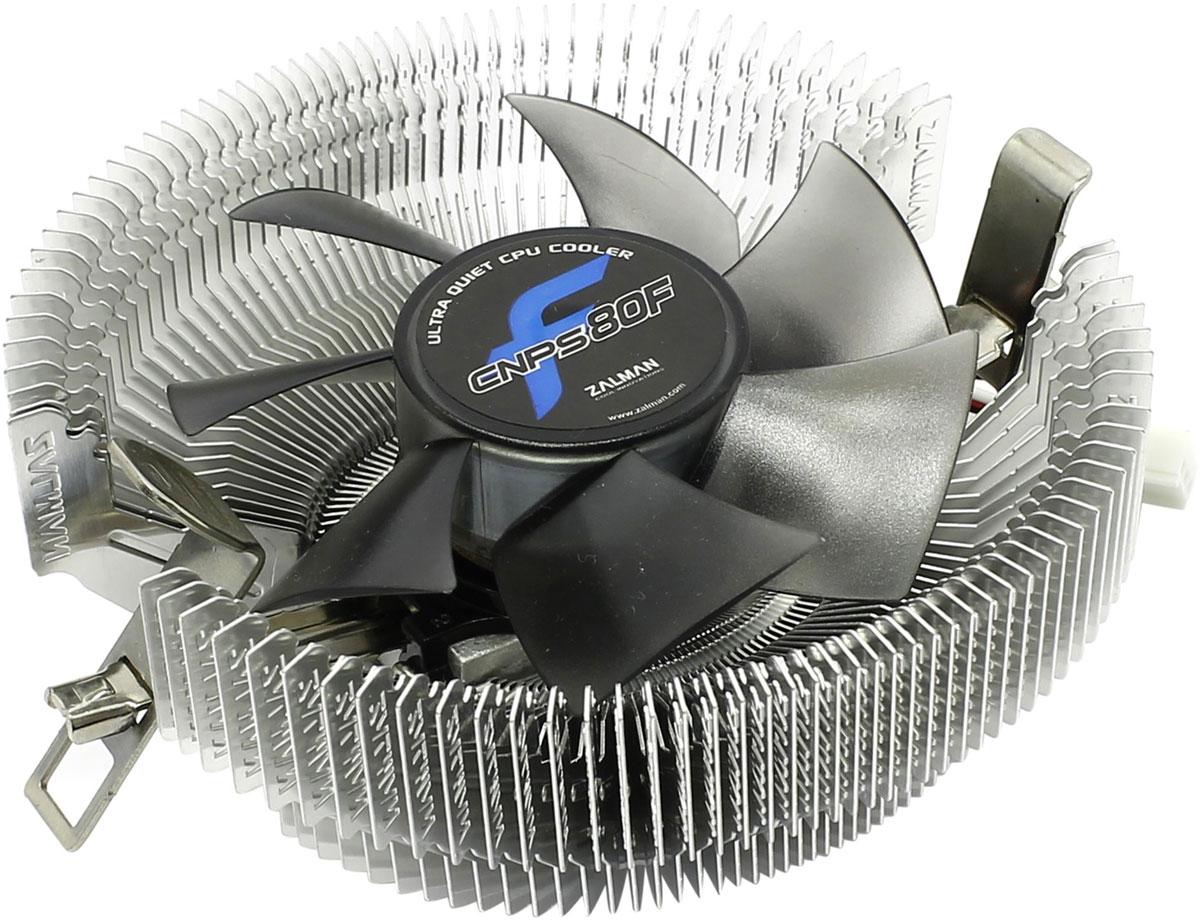 Zalman CNPS80F кулер для процессораCNPS80FКулер Zalman CNPS80F для процессора имеет широкую совместимость со множеством CPU и прост в установке. Рёбра радиатора в форме пропеллера увеличивают поток воздуха и уменьшают уровень шума. Благодаря прямому направлению потока холодного воздуха от вентилятора на материнскую плату охлаждается не только процессор, но и компоненты системы вокруг него. Одной из передовых систем приводов, используемых в кулерах, является FSB (жидкостная защита привода). Она используется для защиты основных узлов от пыли, а 80-мм вентилятор с системой минимизации шума гарантирует высокую производительность системы охлаждения. Компактный размер, всего 48,4 мм в высоту,позволяет устанавливать даже в корпус типа LP (Low Profile). Кулер также идеально подходит для использования в домашних кинотеатрах. Вес кулера - всего 198 грамм.