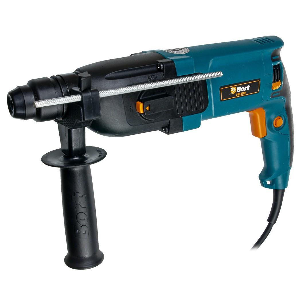 Перфоратор электрический Bort BHD-800NBHD-800NДомашний помощник Производитель ручного инструмента Bort создал модель BHD-800N для использования как в быту, так и на производстве. Перфоратор предназначен для создания отверстий в металле, в дереве и других твердых материалах. В режиме «сверление с ударом» или «долбление» инструмент способен продолбить отверстие в бетоне, кирпиче, керамике. Отличная производительность При относительно не сложных видах работ, а также при эксплуатации инструмента на высоте вам необходим сравнительно легкий и производительный перфоратор. Именно таким является BHD-800N от производителя Bort. Весом 2.60 кг, он снабжен мощным двигателем 800 Вт и длинным сетевым кабелем 2.60 м. Модель имеет функцию удара с энергией 3 Дж, частотой 5000 уд/мин., что делает его отличным «убийцей» бетона и кирпича. Долбить или сверлить Самым популярным режимом большинства перфораторов является режим «сверления с ударом», при котором рабочая оснастка...